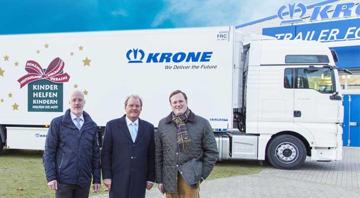 Dr. R�diger Ostrowski, Bildmitte, holte den Cool Liner pers�nlich bei Bernard Krone (rechts) und Marketingleiter Tobias Eichberg ab. Foto: Krone