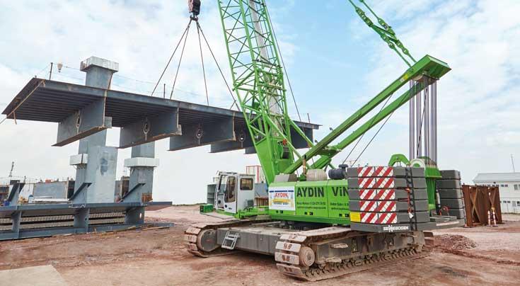 Ideale Einsatzbedingungen: Dank Breitspurfahrwerk montiert und transportiert der 5500 von Aydin Vinc A.S. Br�ckenbauteile. Foto: Sennebogen