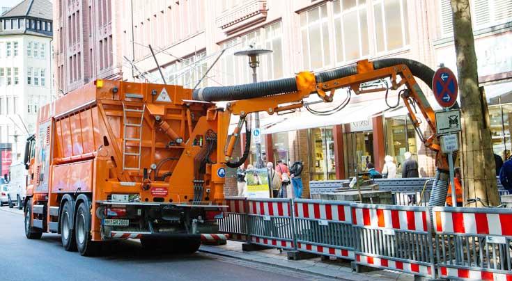 Schnell gemacht: Mit dem Saugbagger gehen Erdarbeiten schnell und ohne Besch�digungen von der Hand. Foto: Heitmann Industriebauleistungen