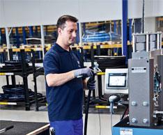 In der Schlauchfertigung werden Hydraulikschlauchleitungen sowie Tank- und Siloschl�uche nach den neuesten Richtlinien und Normen hergestellt. Foto: winkler