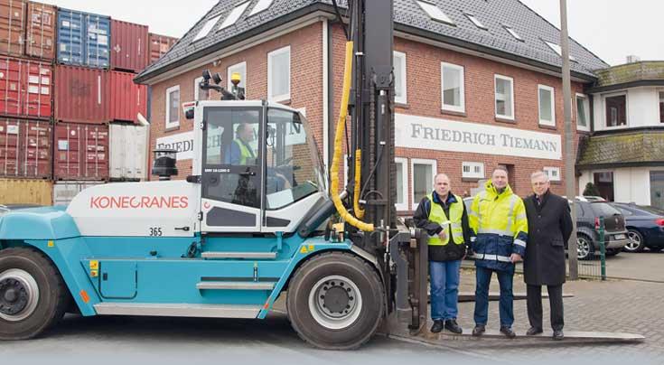 Das Bremer Unternehmen Tiemann setzt auf Konecranes mit integrierter Waage im Spreader. Foto: Konecranes