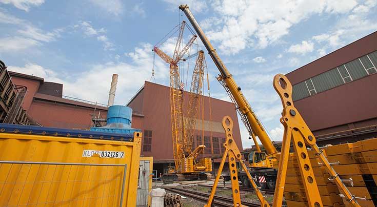 Typisch Industrie: Wenig Platz und schwierige Freiraumverh�ltnisse kennzeichneten den Einsatz des CC 2400-1 von Fricke-Schmidbauer in Salzgitter. Foto: Terex