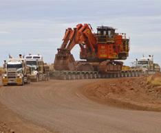 Hohes Biegemoment f�r Widening Trailer: Transport eines Hitachi Baggers in Australien bei Doolan�s Heavy Haulage in Australien. Foto: Scheuerle